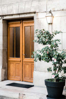 Photo of beautiful doorway in Paris, France